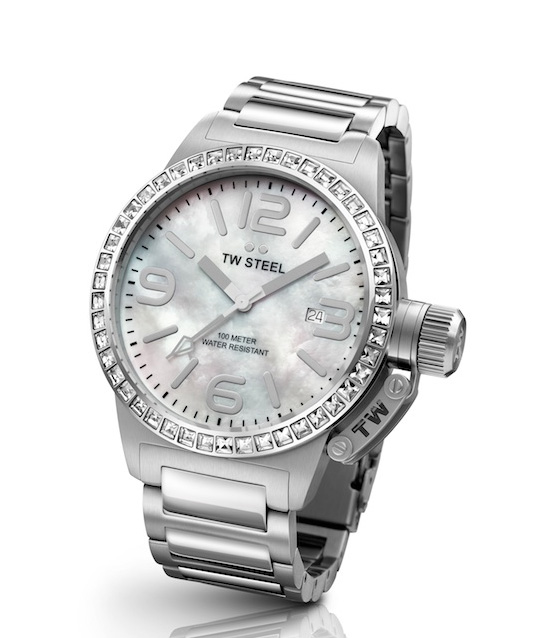 Tw Steel lanza al mercado una nueva línea de relojes para señoras.