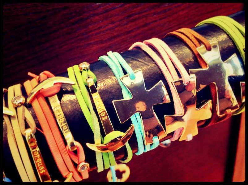 Pulseras Torques: cruces, color y frescura en tu mano.