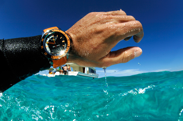 Puedo ba arme con mi reloj water resistant en la playa for Reloj piscina