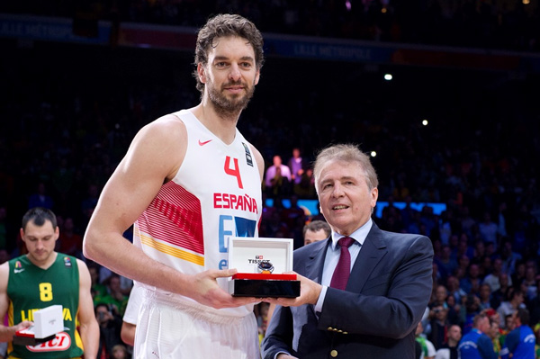 Tissot celebra con Pau Gasol su MVP en el Eurobasket 2015.
