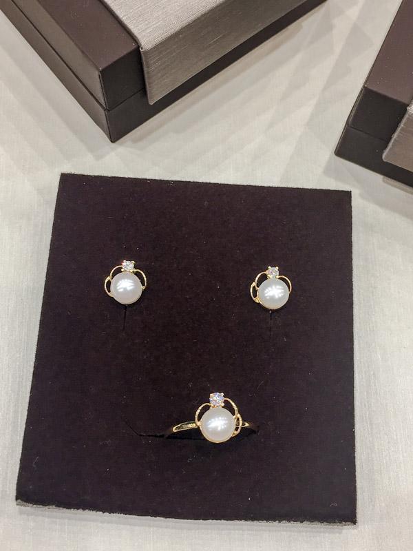 0ffefca8a74a Juego de comunión clásico de oro con perlas y circonitas.