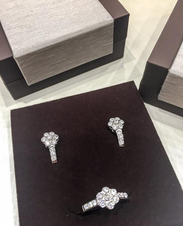 60e5112163c7 Juego de comunión de pendientes y anillo en oro blanco y circonitas.