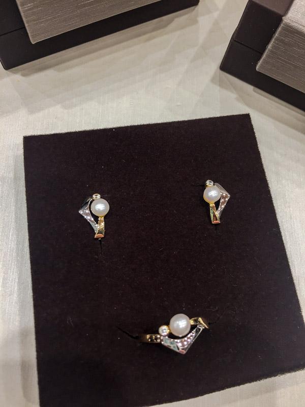 Juego pendientes y anillo de comunión en oro mezclado y perlas.