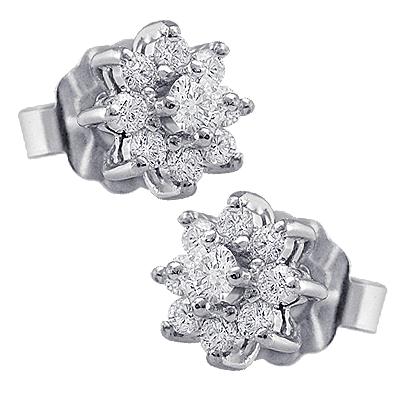 Pendientes en forma de rosetas, en oro blanco y diamantes, de Maj Joyeros.