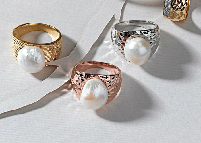 Anillos con perlas barrocas, en las tres terminaciones, de Salvatore Plata.