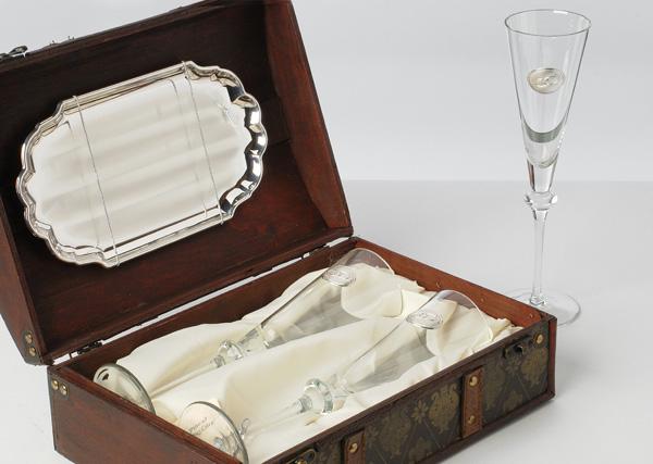 Cofre de regalo para bodas, con copas de champang y bandeja. Llegan el motivo de las alianzas en plata.