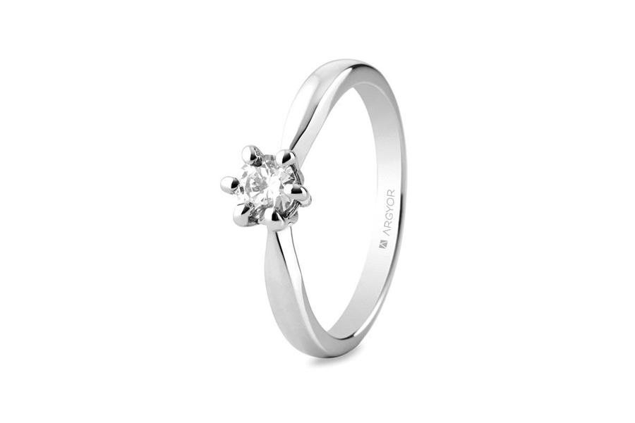 Anillo de compromiso en oro blanco con diamante en 6 garras, de Argyor.