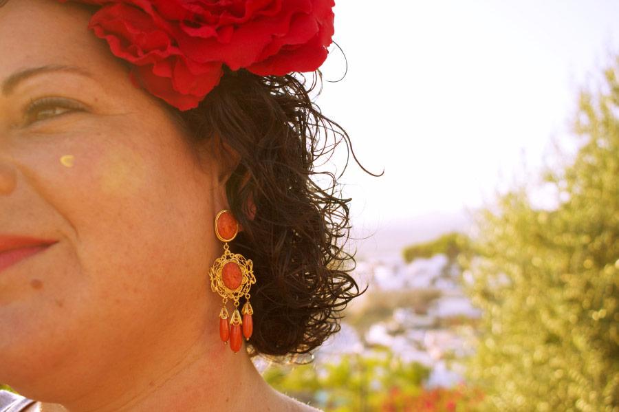 Sandra lleva pendientes de gitana cordobeses, en oro y coral.